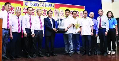 """刘子健(左5)于骆保林(左4)的伴随下,颁奖于""""2017年槟州首长杯""""得主,出于方志伟代领。"""