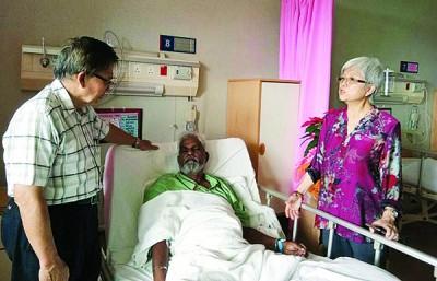 章瑛(右)丈夫古纳巴仁因突然感到左手及左脚乏力,送院检查后证实中度中风,目前准备转入马大医院接受治疗。