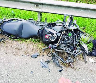 摩托突然失控,撞向罗里轮胎,造成骑士魂断公路。