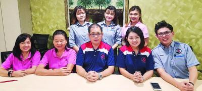 吴祝光(前排左3)、陈坤叶(前排左2)和连家亮(前排右)希望家暴安全屋可如期推介。