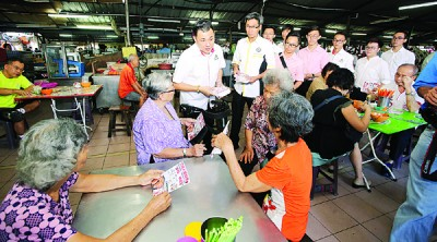民政党联合近打区一马小贩商公会、霹雳怡保贩商公会和居民协会,赴万里往巴刹、桂和园巴刹和狮尾巴刹派发传单。