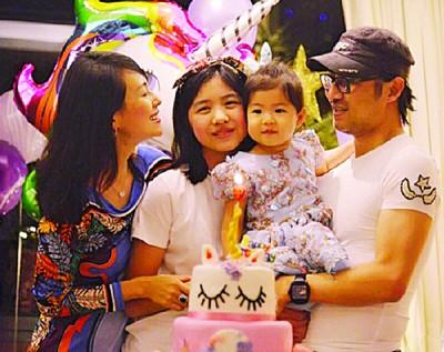 章子怡(左起)与继女小苹果、丈夫汪峰(右)一同庆祝女儿醒醒2岁生日。
