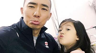 """刘耕宏(左)""""父凭女贵""""获得许多关注。"""