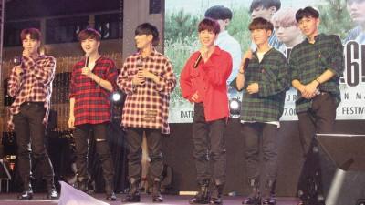 韩团Black6ix势不可挡,现场粉丝热情十分。
