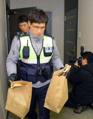 警方从钟铉租屋处带走证物。