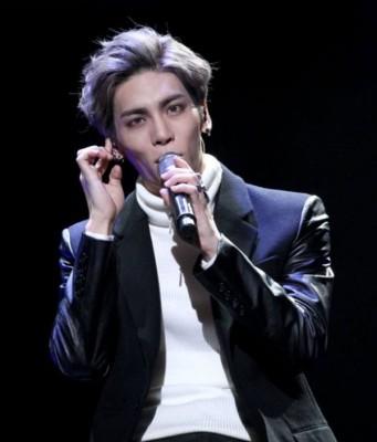 钟铉生前热爱音乐,曾为组合及其他歌曲写歌,笔下作品超过60首。
