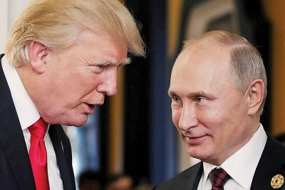 普京(右)近期感谢特朗普(左)关于中情局协助俄罗斯粉碎恐袭阴谋。