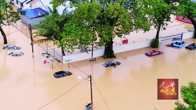 大水灾导致槟城80%地区沦陷,四处汪洋一片,夺走了7条人命。