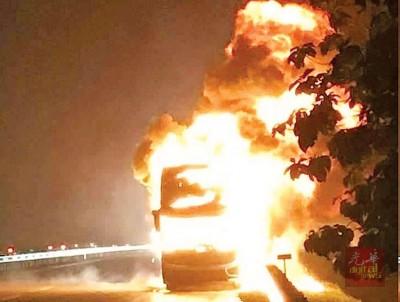 双层永利澳门402网址陷入火海。