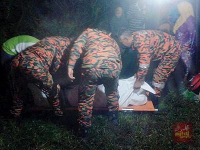 凌晨尸体浮上岸,医护人员证实死者已溺毙。