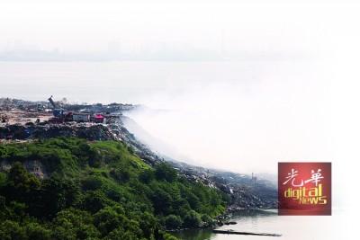 垃圾场火势虽受到控制,但至今还未熄灭。