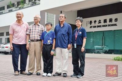 保校英雄萧顺洋(右3)入读日新独中,未来教育经费皆由热心商家及慈善组织赞助。左起许立全、许海明、石岩、刘杏银。