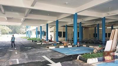 承包商公司员工在现场进行后续清洁和整理工作。