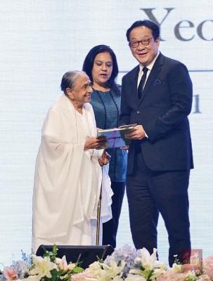 杨肃斌代表家人颁发支票予非政府文教组织及公益慈善团体。