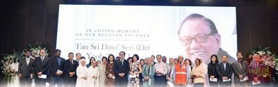 28个非政府文教组织及公益慈善团体的代表参与杨忠礼追思会,并获得杨忠礼家属颁发的善款。