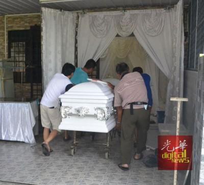 死者遗体已运回家治丧5天。