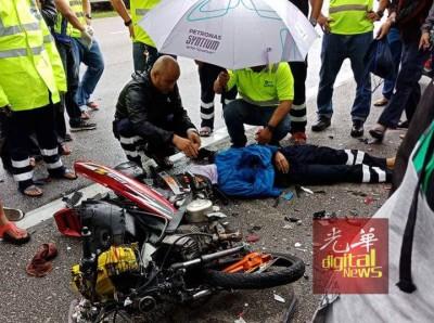 半名年轻摩托车骑士魂断现场,现场一片散乱。(抱自脸书)