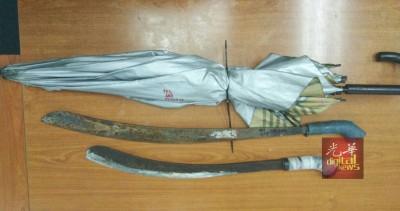 警方逮捕嫌犯后,在车内寻获两把巴冷刀。