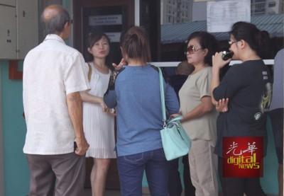 家属一行人在太平间外等候处理领尸手续,拒绝媒体的采访。