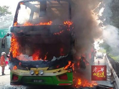 南北大道发生骇人火烧巴士事故。