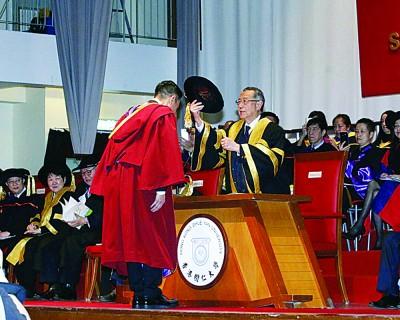 多了一个博士荣誉,刘德华没有飘飘然感觉,只希望透过自己行业把香港应有的文化保留,继续承传下去。他也不失幽默,笑称可以加添片酬!
