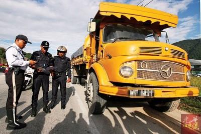 当局周五展开取缔超载商用车辆行动,执法人员正检查罗里的重量准证。
