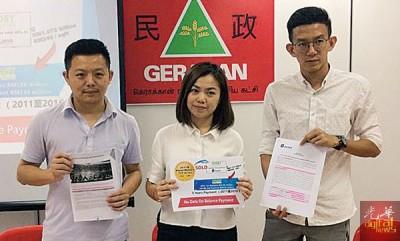 邱佩琪(中)在卢界燊(左)及黄志毅的陪同下,直指槟州政府在对待发展商及人民上,持有双重标准。