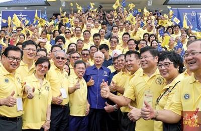 纳吉(前排左5)当人口联党第24交党员代表大会闭幕礼后,以及多党员竖起大拇指赞好。左4于凡沈桂贤以及阿邦佐哈里。