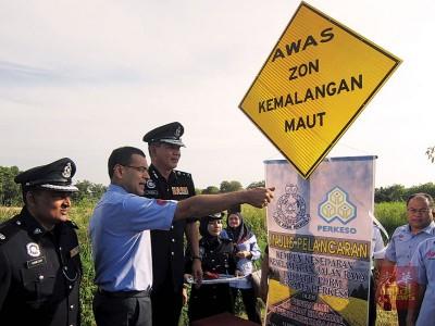 莫哈末阿兹曼与沙鲁奥曼(左2及3)为瓜拉姆拉区道路安全醒觉运动主持推介礼。