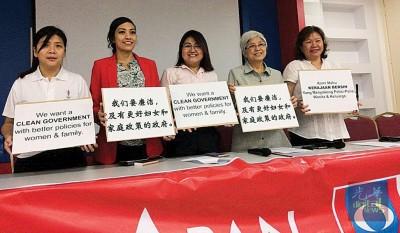 章瑛(右2)与叶宝蕊(左起)、瑟丽娜、林秀琴及张君仪呼吁中央政府无需等到下届大选才推动惠及女性的政策,反而可在此时于国会及内阁内开始推行30%女性决策的政策。
