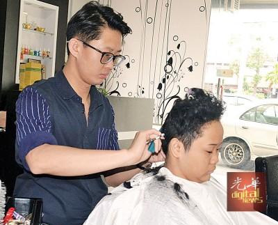 邱宇豪从新加坡回国创业开设理发店。