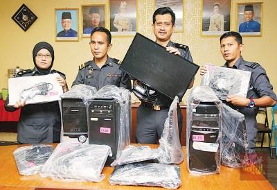 霹州贸消局执法组展示2项取缔中所充公的电脑,左起为哈琳、阿末法沙、阿末阿拉祖丁及赛法沙。