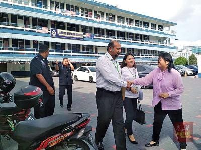 昆宾星(前排左起)跟黄书琪于查案官陪同下步出警总部,周碧珠(右)及时上前表示支持。