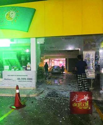 女司机误踩油门,轿车直接撞入欧冠竞猜平台便利店,造成便利店的玻璃门被撞得粉碎。