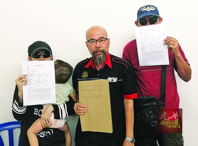 林秀婷(左)抱着一岁半女儿,促请男友停止抹黑行为。右起为刘姓朋友及叶一德。