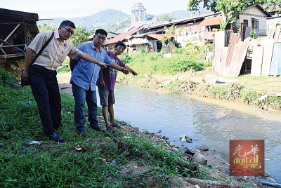 黄德亮(左起)、陈嘉亮和董清华指出疏于管理的河流,是引发水患的主因。