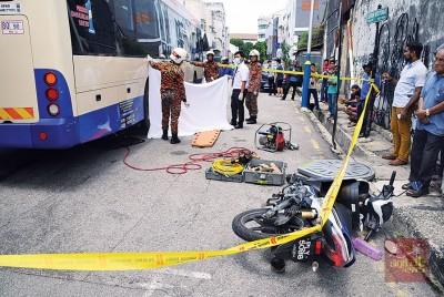 去年发生槟快捷通司机在海墘一带撞死一名年老摩托车骑士案。(档案照)