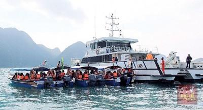 海事局执法舰艇截查未持有载客执照的船只。
