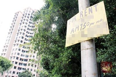 事发公寓社区的灯柱,不时可看到房屋出租的广告牌。