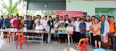 菜农接领援助金后与杨孟显(前右二)、黄金安(前右一)及槟州农民合作社社长许顺耀(站前排左四)合影。