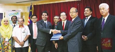 AIME创办人兼总裁雷尼尔及槟州秘书拿督斯里法力占交换已签署的协作备忘录,由于槟首长林冠英等见证。