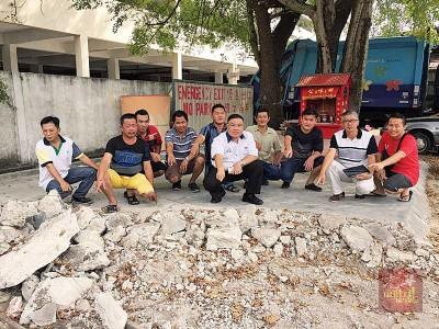 陈诠峰及居民向媒体展示遭铲平的拿督公龛水泥地面。