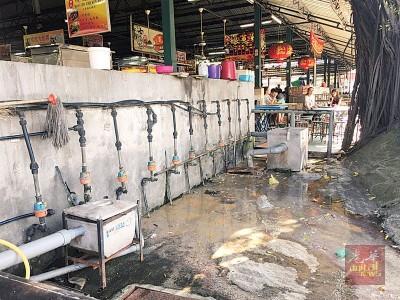 隔油器使用量过高,已不胜负荷,导致污水流出。