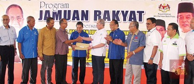 马哈迪移交抗议书予部长旺祖乃迪。