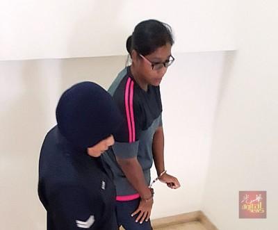 被告恩妮莎丽娜闻讯后被押出法庭。