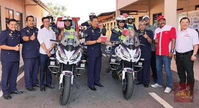 公司移交摩托车电池给吉打陆路交通局后合影,前排左3起为许峻秉、伊斯玛苏海米(左5),右起为郑木雄、希山慕丁及嘉玛鲁丁。