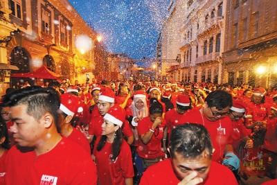 """近年来,国内的路跑活动如雨后春笋般出现,不少主办方为了迎合民众的""""口味"""",举办的路跑活动百花齐放。(图为圣诞路跑档案照)"""
