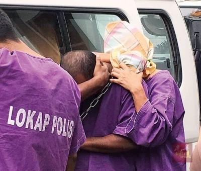 嫌犯(右)因布套头,避免面容曝光。