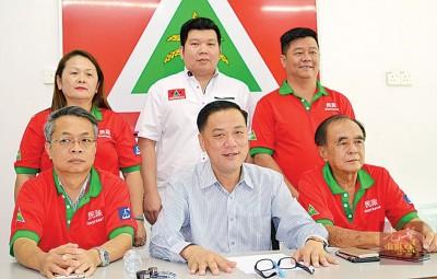 陈国祥(前排中)召开新闻发布会,右1是刘林胜、左1是韩俊兴,后排右起黄顺荣、苏俊豪与韩秀云。