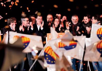 独派支持者挥舞加泰旗帜庆祝。(法新社照片)